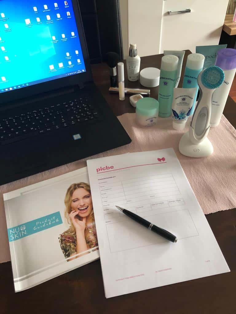 Laptop, Beratungsbogen, Lumi und Pflegeprodukte